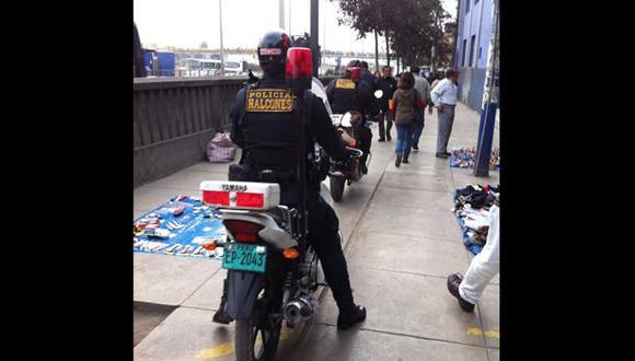 ¿Quién respeta la ley? Policías en moto cruzan por esta vereda