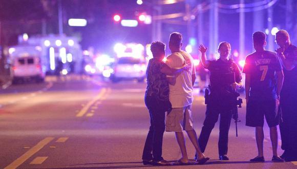 En la foto, agentes de la policía de Orlando dirigen a los miembros de su familia de un tiroteo fatal en el club nocturno Pulse de Orlando en Florida, Estados Unidos. (Foto de archivo: AP)