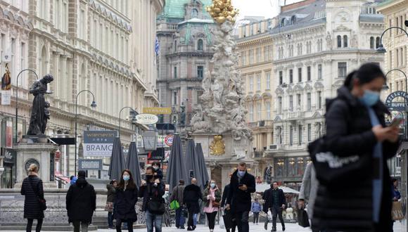 Personas con máscaras protectoras pasan por la calle comercial Graben mientras continúa la pandemia de coronavirus en Viena, Austria, el 19 de octubre de 2020. (REUTERS/Lisi Niesner).