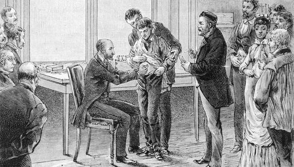 Paris: Louis Pasteur (1822-1895), pone vacunas en su laboratorio.