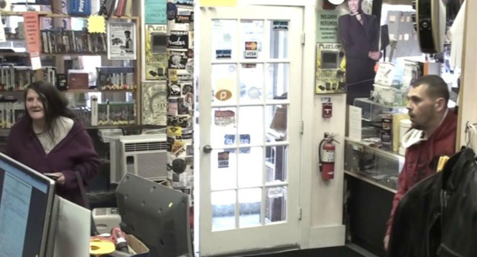 Todo el incidente fue registrado en video gracias a las cámaras de seguridad instaladas en el local. (Foto: Captura)