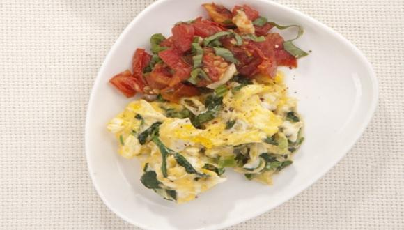 Huevos revueltos con pesto de tomate