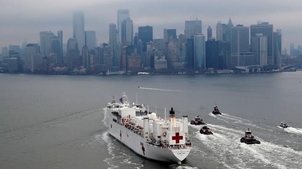 Un buque hospital militar de Estados Unidos partió este jueves de Nueva York tras atender a pacientes con coronavirus durante un mes, en el epicentro nacional de la pandemia. (REUTERS/Mike Segar).