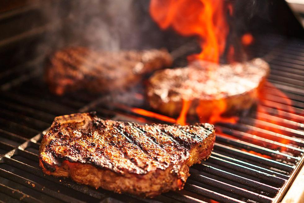 Si vas a llevar las carnes a la parrilla con las brasas vivas, no lo hagas cuando ya se terminaron de cocinar pues la carne saldrá con sabor a humo. (Foto: Difusión)