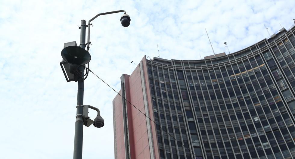 Dos cámaras de seguridad apuntan al cruce de las avenidas Piérola y Abancay, afuera del Parque Universitario. Otra de ellas está ubicada afuera del centro comercial El Hueco. Pese a ello, el municipio sostiene que no hay imágenes en esta intersección (Foto: Alessandro Currarino).