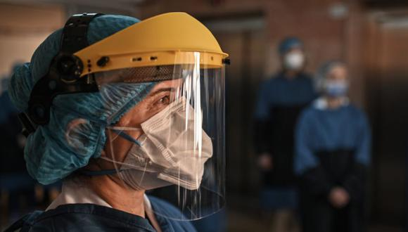 Personal médico se reúne para animar a pacientes que han sido tratados por coronavirus en Estambul. (Foto: OZAN KOSE / AFP)