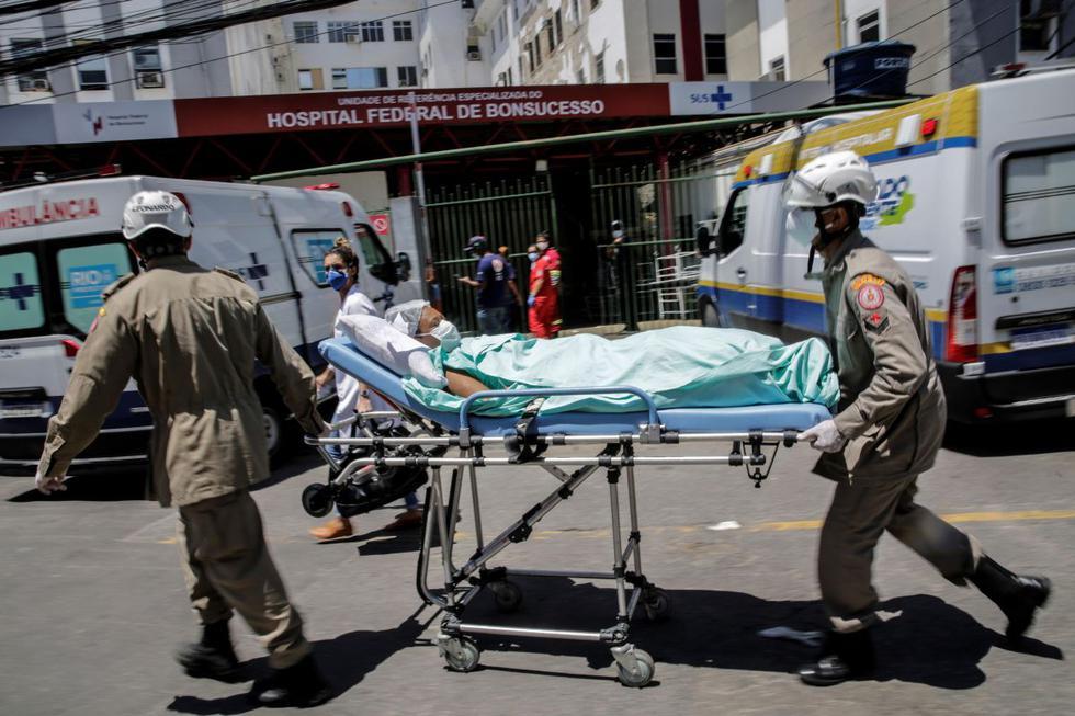 Pacientes son evacuados de uno de los pabellones del Hospital Federal de Bonsucesso, a un taller cercano en Río de Janeiro. (EFE/ Antonio Lacerda).
