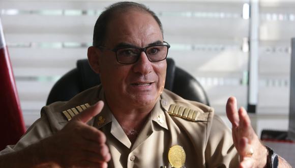 El oficial PNP remarca la necesidad de que el Estado cuente con depósitos para trasladar los vehículos detenidos. (Foto: Alonso Chero)