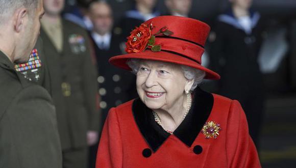 La reina Isabel II visita el portaaviones HMS Queen Elizabeth en la Base Naval HM, antes del despliegue inaugural del barco, el sábado 22 de mayo de 2021 en Portsmouth, Inglaterra. (Steve Parsons/Pool Photo via AP).