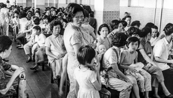 Decenas de pacientes se agolpan en la sala de espera de una clínica en la isla de Hong Kong durante la epidemia de gripe en julio de 1968. (Foto: SCMP)