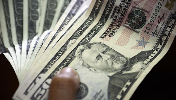 """El denominado """"dólar blue"""" operaba estable a 136 pesos argentinos este viernes. (Foto: AFP)"""
