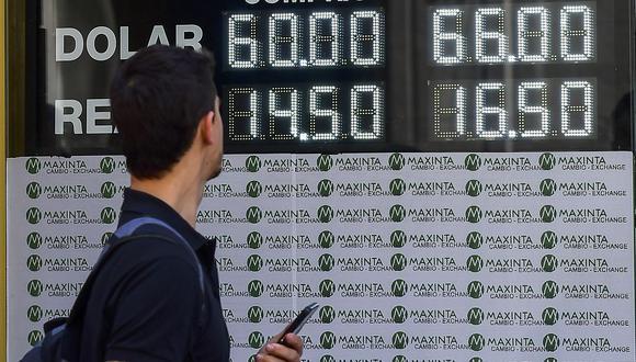 El dólar se cotizaba a 71,6550 pesos argentinos este lunes. (Foto: AFP)