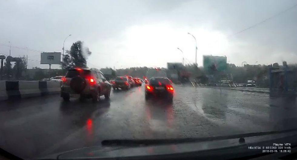 Se volvió viral en YouTube el momento en que un rayo impacta dos veces sobre un mismo auto. (Foto: Captura)