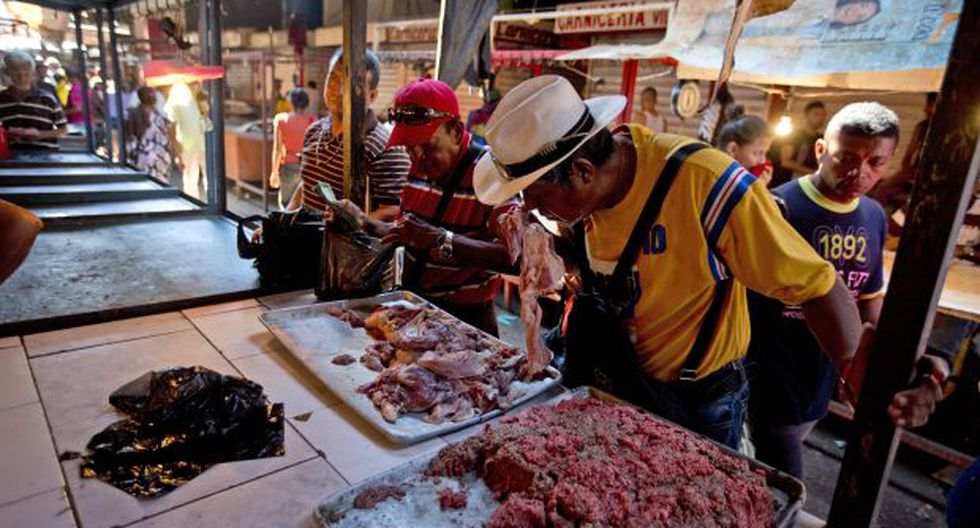 En una ciudad que una vez fue reconocida como la Arabia Saudita de Venezuela por su vasta riqueza petrolera y arquitectura moderna, los residentes de Maracaibo ahora se alinean para comprar carne podrida. (Foto: AP)