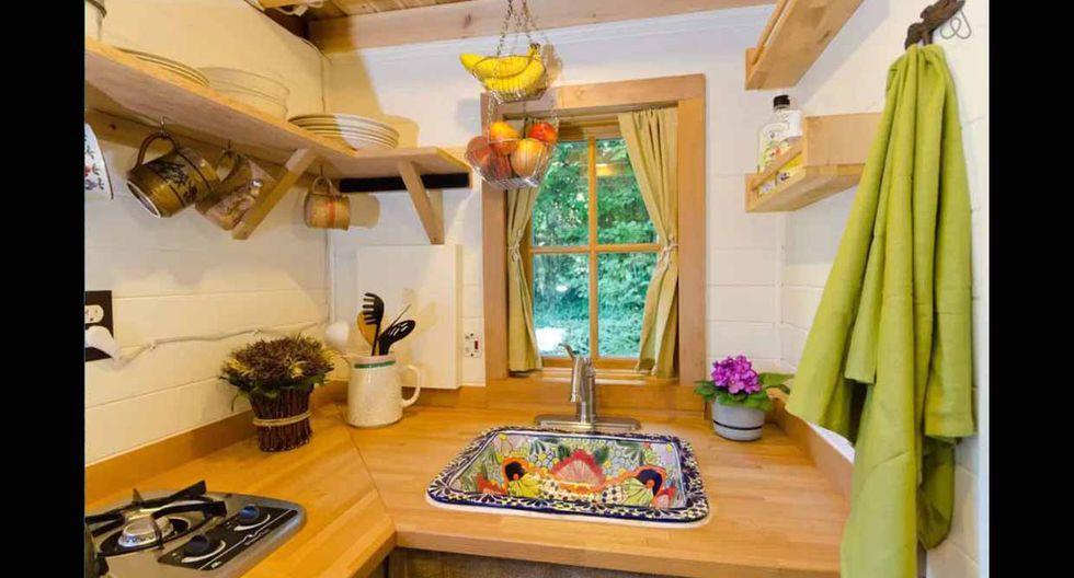 En el fregadero de la cocina se añadió una colorida cerámica que rompe con la decoración rústica. (Foto: Airbnb)