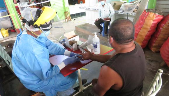 El personal del Hospital de Ayna-San Francisco ubicado en la provincia de La Mar (Ayacucho), realizó la prueba de descarte de COVID-19 a 42 personas del mercado central de Ayna y 22 trabajadores dieron positivo. Las pruebas fueron realizadas priorizando a los comerciantes con factores de riesgo y la sintomatología. (Foto: Jorge Quispe).
