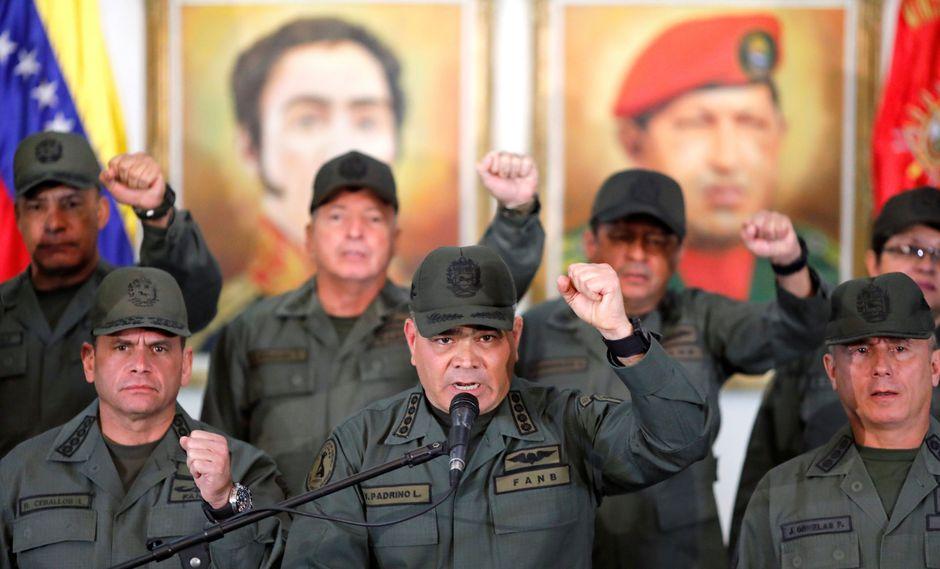 """Vladimir Padrino   Venezuela: ministro de Defensa dice que tendrán que pasar sobre """"cadáveres"""" del alto militar para imponer un gobierno títere. (Reuters)."""