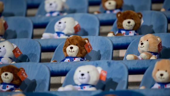 Heerenveen llenó su tribuna de osos de peluche para ayudar a la lucha contra el cáncer infantil. (Foto: AFP)