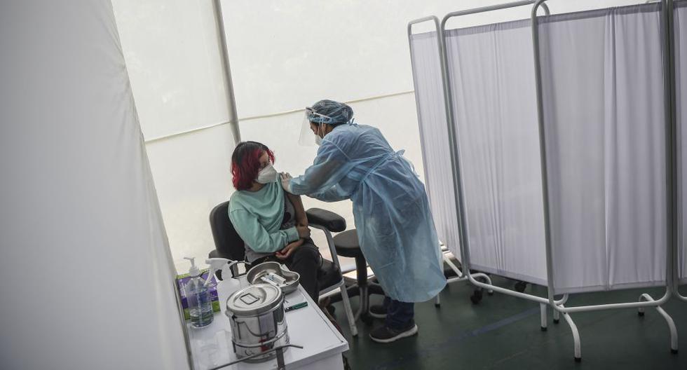 Todo indica que tendremos que esperar aún más para saber con seguridad cuáles vacunas contra el COVID-19 estarán disponibles en el Perú y desde cuando. Foto: AFP / ERNESTO BENAVIDES