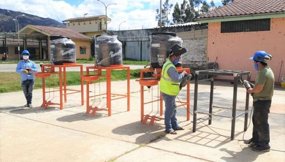 Cada lavatorio consta de una base de fierro tubular de 2 x 2, un lavatorio de acero inoxidable y un tanque de agua de 250 litros.