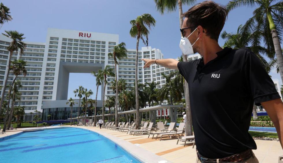 Moon Palace, RIU, Hard Rock, JW Marriott, Holiday Inn y Xbalamque son algunos de los complejos que reabrieron con medidas como el uso de mascarillas por parte del personal, puntos de desinfección y distanciamiento. (EFE/Alonso Cupul).