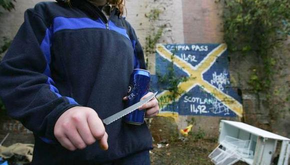 Una mujer muestra el cuchillo que lleva consigo en Glasgow en 2005, el año en que la ciudad fue nombrada la más violenta de Europa. (Foto: BBC Mundo vía Getty Image)
