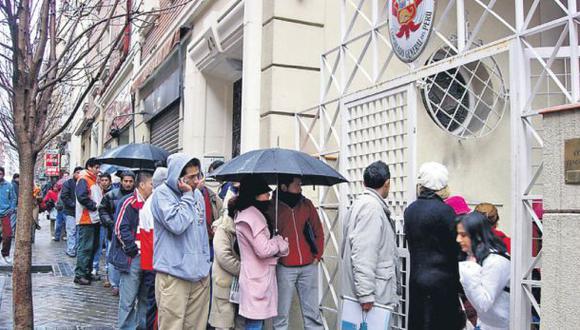 Una larga fila de peruanos espera su turno en la puerta del consulado en Madrid. (Yolanda Vaccaro)