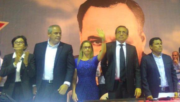 """El llamado """"acto de desagravio"""" fue convocado tras conocerse declaraciones de Jorge Barata, ex directivo de Odebrecht. (Foto: Luciana León / Twitter)"""