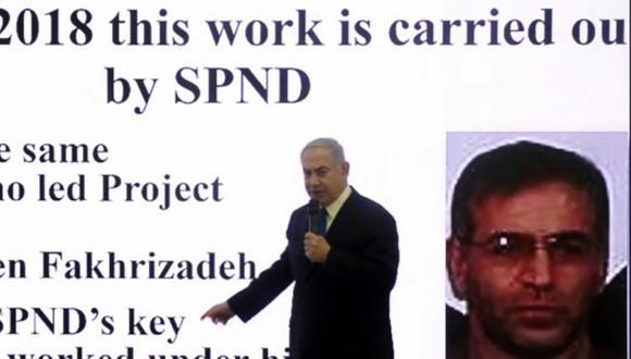 En esta imagen del 30 de abril de 2018, el primer ministro israelí, Benjamin Netanyahu, muestra una diapositiva donde aparece el científico iraní Mohsen Fakhrizadeh, quien fue asesinado el viernes. (Foto de Nir KAFRI / AFP).