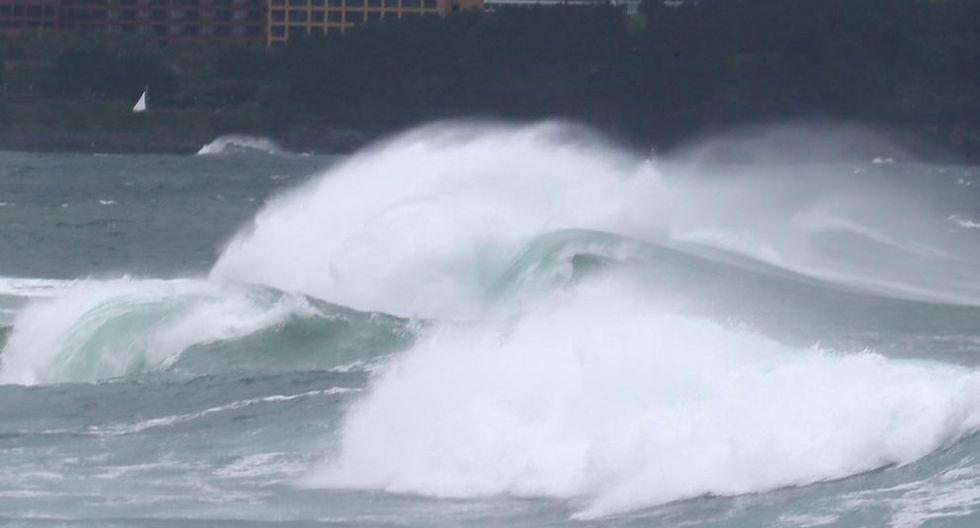 Fuertes olas rompen en la costa de Seogwipo en la isla de Jeju, Corea del Sur. (Foto:  EFE)