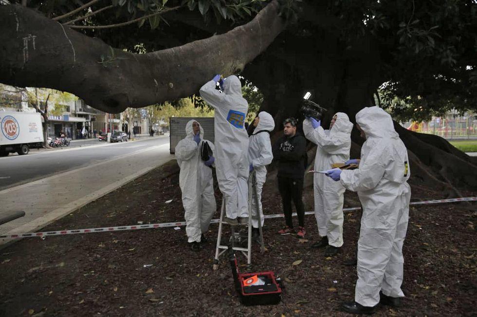 Los peritos cercaron la zona e investigan las primeras pistas tras el ataque. Foto: La Nación de Argentina/ GDA