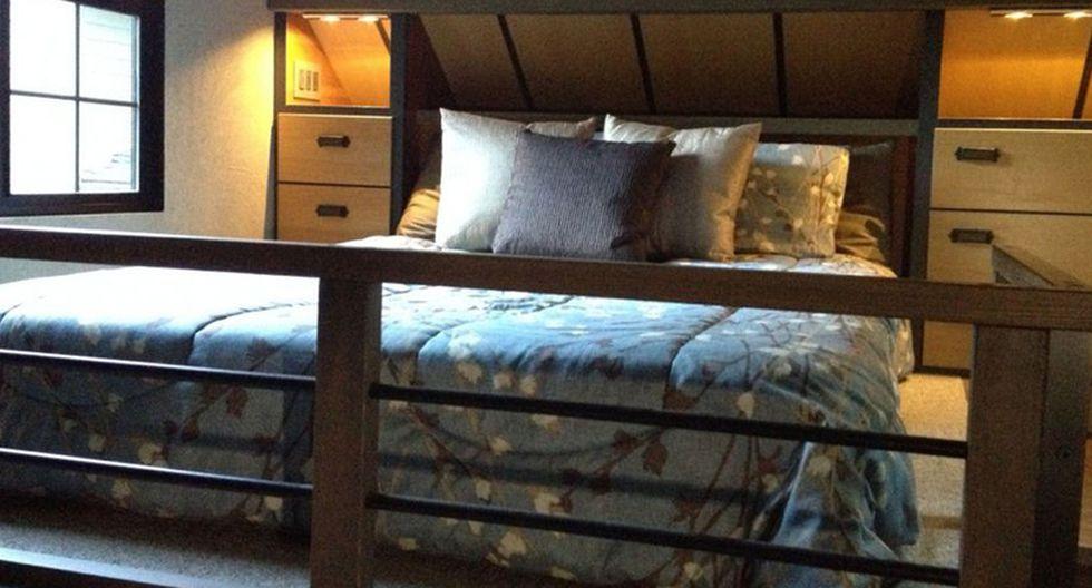 En el segundo nivel se encuentra solo el dormitorio principal con una cama queen y mesas laterales. (Foto: tinyhouse.heininge.com)