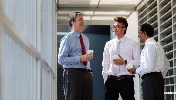 ¿Cuando conversas con tus colegas sientes que pierdes tiempo que deberías dedicar a trabajar? (Foto: Getty Images)