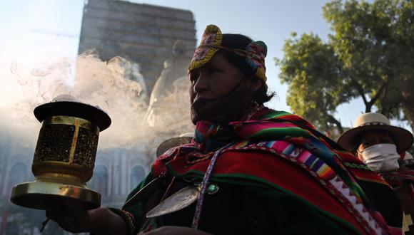 Aymaras Amautas bolivianos (sacerdotes) realizan un ritual tradicional de incienso en agradecimiento a la Pachamama - Madre Tierra- antes de la ceremonia de inauguración del nuevo presidente boliviano Luis Arce Catacora. (Foto de LUIS GANDARILLAS / AFP).