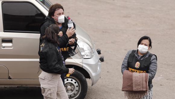 Mirian Morales, ex secretaria general de la Presidencia, fue detenida esta mañana. Atrás de ella, se observa a 'Richard Swing'. Ambos fueron llevados a la sede de Instituto de Medicina Legal. (Foto: Leandro Britto / @photo.gec)