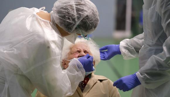 Imagen referencial. Una mujer es probada durante las pruebas masivas de Covid-19 en un Centro de Pruebas en el 'Cosec Les Mesanges' en Charleville-Mezieres, Departamento de Ardenas del norte de Francia. (EFE/JULIEN WARNAND).