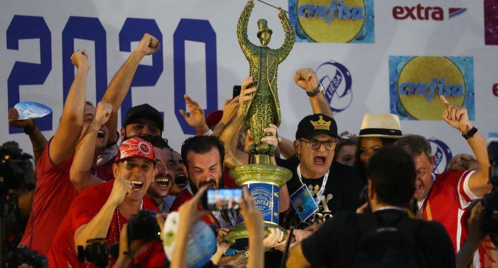 Miembros de la escuela de samba Viradouro levantan el trofeo después de ganar la competencia anual del carnaval, en el Sambódromo de Río de Janeiro, Brasil. (Foto: Reuters).
