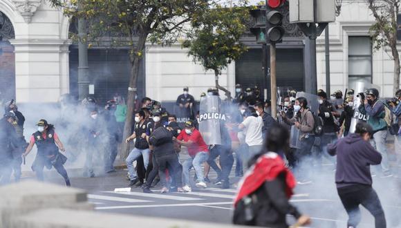 La Policía ha intervenido a algunas que protestan en el Cercado de Lima por causar disturbios. (Foto: Hugo Perez  / @photo.gec)