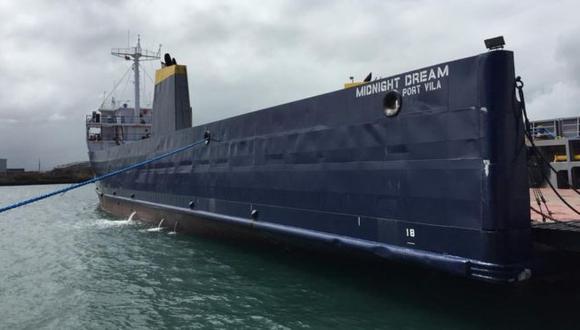 El barco Midnight Dream, en español Sueño de Medianoche, navega con bandera de Vanuatu, un país de Oceanía.