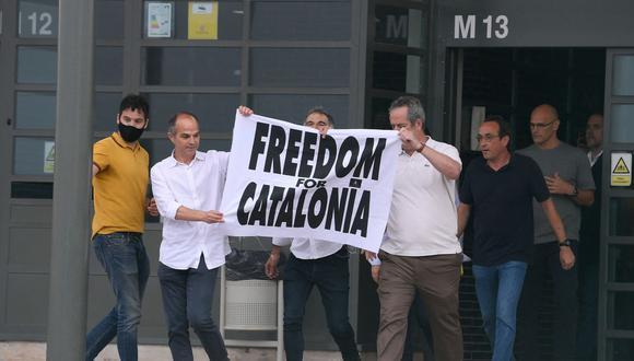 Los separatistas catalanes Jordi Turull, Jordi Cuixar, Joaquim Forn, Josep Rull, Raul Romeva y Oriol Junqueras salen de la cárcel de Lledoners el 23 de junio de 2021. (Foto de Josep LAGO / AFP).