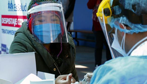 Una persona es sometida a una prueba de COVID-19 en Puno. (Foto: Carlos MAMANI / AFP)