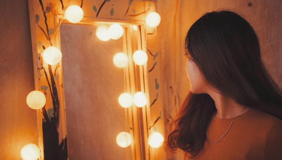 Un video viral muestra lo que los nuevos dueños de una casa hallaron detrás de una pared falsa que sostenía un extraño espejo. | Crédito: Pexels / Referencial.