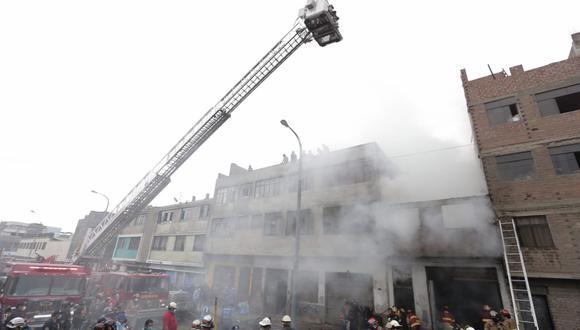 Más de 12 unidades de los bomberos tratan de controlar el incendio en La Victoria. (Foto: Andrés Paredes / @photo.gec)