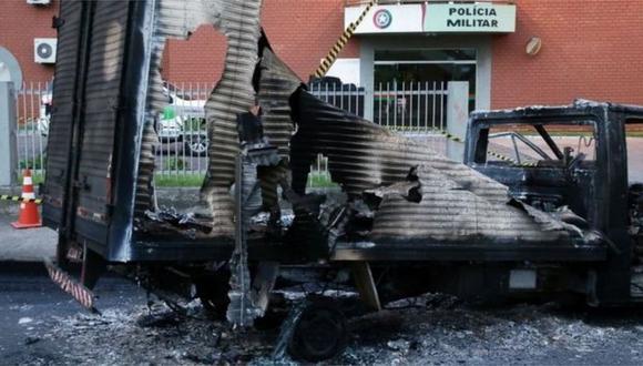 Las bandas criminales prenden fuego a vehículos como una estrategia para cerrar las calles. (Foto: Reuters).