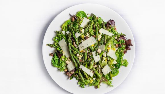 Recuerda que si vas a hacer de la ensalada tu comida principal, entonces asegúrate de que tenga un poco de todo: proteínas, grasas buenas y carbohidratos.