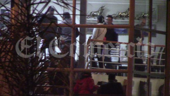 El dirigente del partido Perú Libre Henry López Cantorín acompaña al juez Ever Bello Merlo a la salida del restaurante 'Walter'.