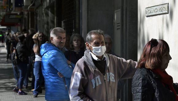 Los pensionistas hacen cola frente a un banco durante el nuevo brote de coronavirus (COVID-19) en Buenos Aires (Foto: Juan Mabromata / AFP)