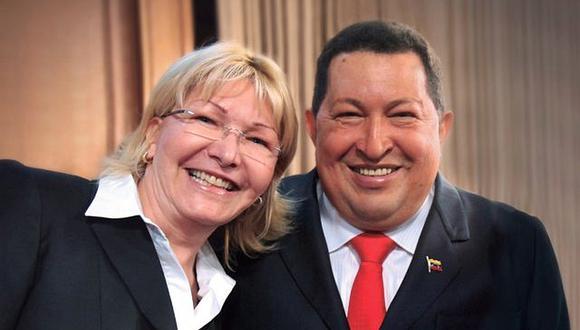 La ex fiscal general Luisa Ortega junto con el fallecido ex presidente Hugo Chávez. (Foto archivo: Ministerio Puúblico de Venezuela)