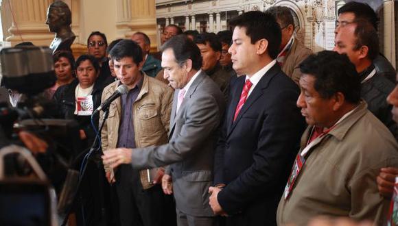 Héctor Becerril, vocero alterno de Fuerza Popular, se presentó junto a Castillo y los otros manifestantes para pedir que se reciba en Palacio de Gobierno a estos señores. (Foto: Juan Ponce/El Comercio)