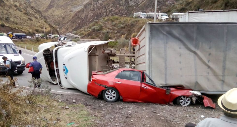 El remolque se dirigía de La Oroya hacia Lima, mientras que la otra unidad iba en sentido contrario. La Policía Nacional del Perú (PNP) llegó al lugar para las investigaciones del caso. (Foto: Andina)